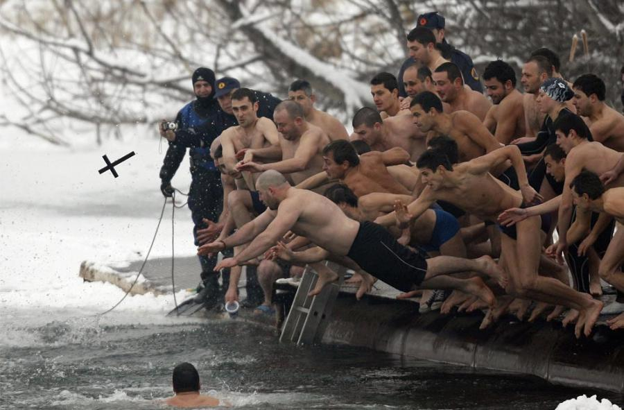 Men_jump_into_the_icy_waters_of_a_l